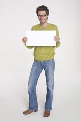 Junger Mann halten leere weiße Tafel, Schild Portrait