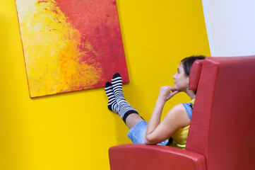 Frau betrachtet eigenes Kunstwerk, Gemälde