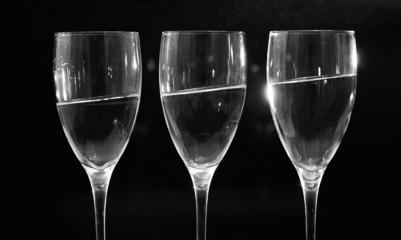 rij glazen met oplopend water