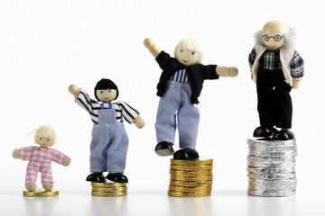 Figuren stehen auf Münzen