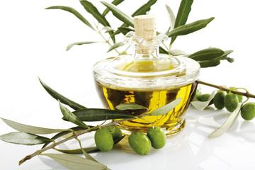 Frische Oliven am Zweig und Karaffe Olivenöl