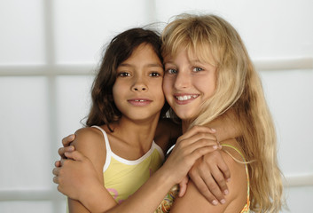 Zwei Mädchen umarmen sich, Wange an Wange