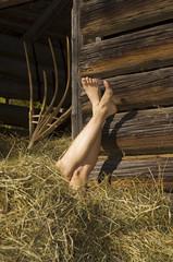 Die Füße einer Frau im Heu