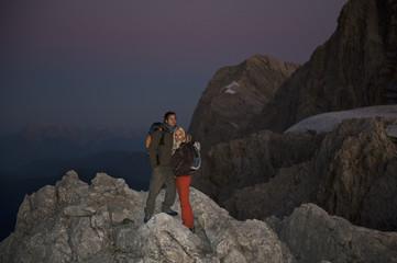 Österreich, Steiermark, Dachstein, Paar steht auf Berg