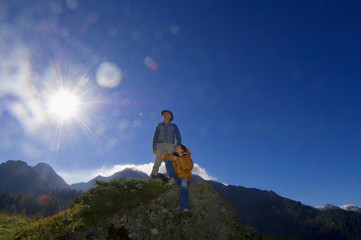 Paar in den Bergen, Wandern, Ausruhen