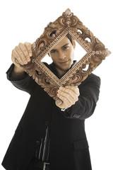 Junger Mann mit Bilderrahmen, close-up