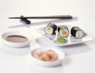 Sushi auf dem Teller mit Stäbchen