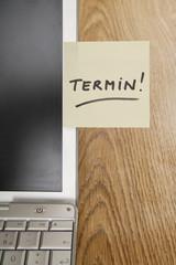 """Haftnotizen auf dem Laptop sagen """"Termin"""""""