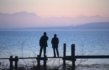 Silhouette Mann und Frau, auf Promenade, Ammersee, Bayern, Deutschland