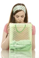 Junge Frau sucht in Einkaufstasche, Porträt