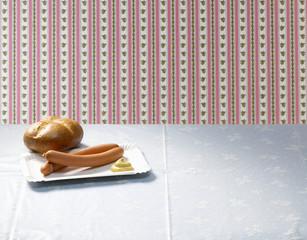 Wiener Würstchen mit Senf und einem Brötchen