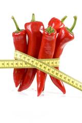Rote Paprika, mit Maßband gebunden