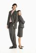 Geschäftsmann und Geschäftsfrau stehen Rücken an Rücken, lächeln