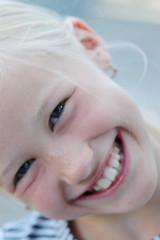 Mädchen (10-12) lächelnd