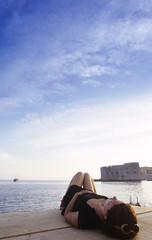 Kroatien, Dubrovnik, Frau, die auf Pier liegt