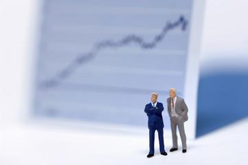 Figuren von Geschäftsleuten vor Chart