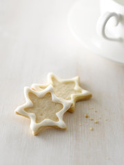 Sternförmige Plätzchen, neben einer Tasse