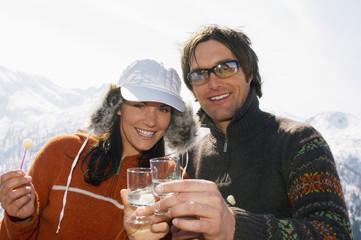 Paar mit Getränk in den Bergen