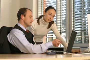 Mann und Frau im Büro, mit Laptop