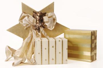 Weihnachtsgeschenke mit Schleife und Engel Dekoration