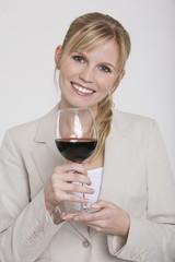 Frau jung halten Glas Rotwein, Portrait