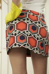Frau tragen Minirock und Gummihandschuhe,