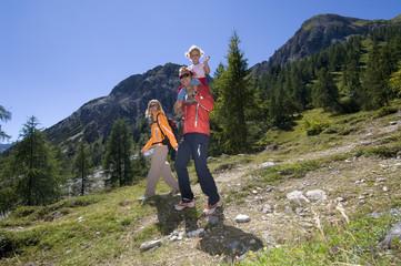 Österreich, Salzburger Land, Ehepaar mit Tochter beim Wandern