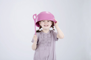 Mädchen tragen Hut und halten Löffel