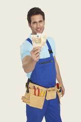 Mann tragen Werkzeug Geld Lächeln, Portrait