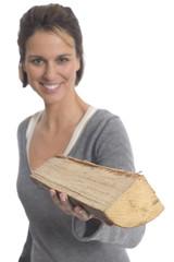 Frau halten Holzscheit
