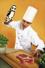 Kochen Weichklopfen Steak mit Fußballschuh