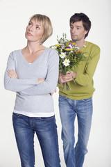 Junges Paar, Mann mit Blumen, Porträt