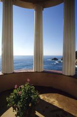 Spanien, Katalonien, Costa Brava, Blick auf Meer durch drei Säulen