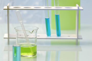 Reagenzgläser mit farbigen Flüssigkeiten