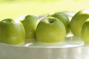 Grüne Äpfel in Flüssigkeit