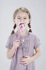Mädchen halten Löffel essen und Sahne
