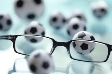 Brille und Spielzeug Fußbälle
