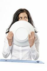 Frau hält Suppenteller
