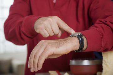 Mann zeigen auf Armbanduhr