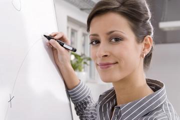 Frau am Flipchart, Portrait, lächeln, close-up