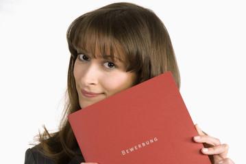 Frau jung mit Gesicht von Bewerbungsunterlagen abgedeckt, Lächeln, Portrait