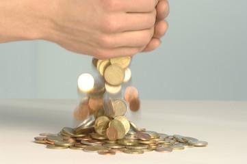 Münzen fallen aus den Händen