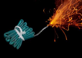 Feuerwerkskörper mit brennender Lunte, close-up