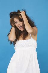 Frau jung die Haare raufen, Portrait