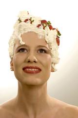 Junge Frau mit Sahne auf dem Kopf
