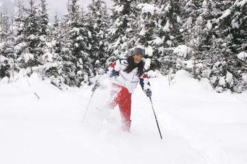 Junge Frau beim Schneeschuhwandern, lachen