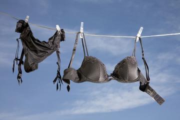 Schwarze Unterwäsche auf Wäscheleine
