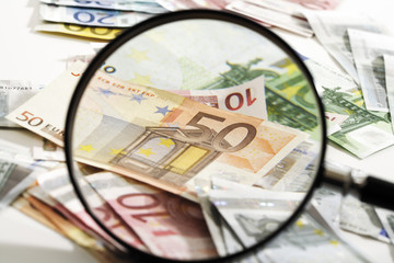 Euro-Banknoten unter der Lupe