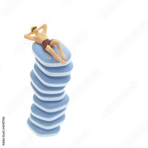 Figürliche Darstellung, Mann in Badehose auf Stapel Viagra