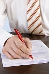 Geschäftsmann das Ausfüllen Antragsformular, close-up,